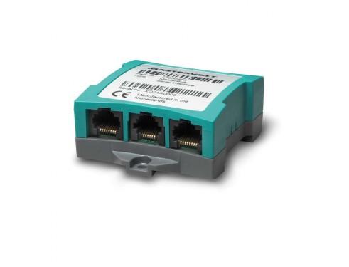 77030450 nterface Masterbus para Serie Mass. Interface MasterBus para cargadores/inversores Mass Combi y cargadores Mass. Vista en perspectiva lateral mostrando la parte inferior donde se aprecian las entradas de conexión