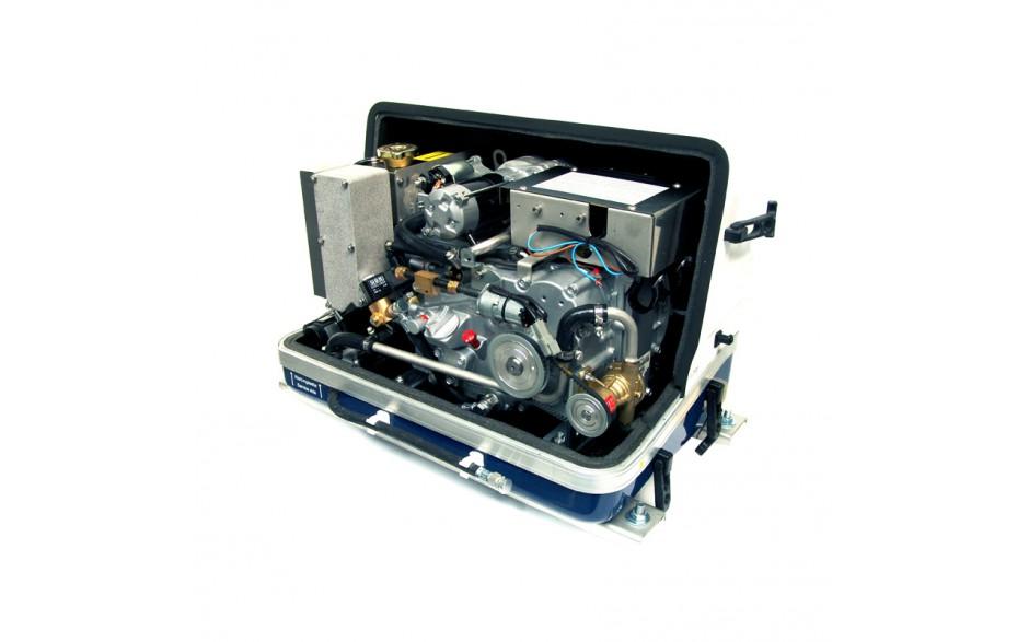 03.03.01.006P Generador diésel de 10,9Kw, vista en perspectiva del generador con la tapa de fibra levantada, mostrando el motor