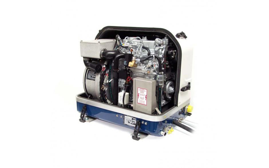03.05.01.015P Generador diésel de 12Kw, vista en perspectiva del generador con la tapa de fibra levantada, mostrando el motor
