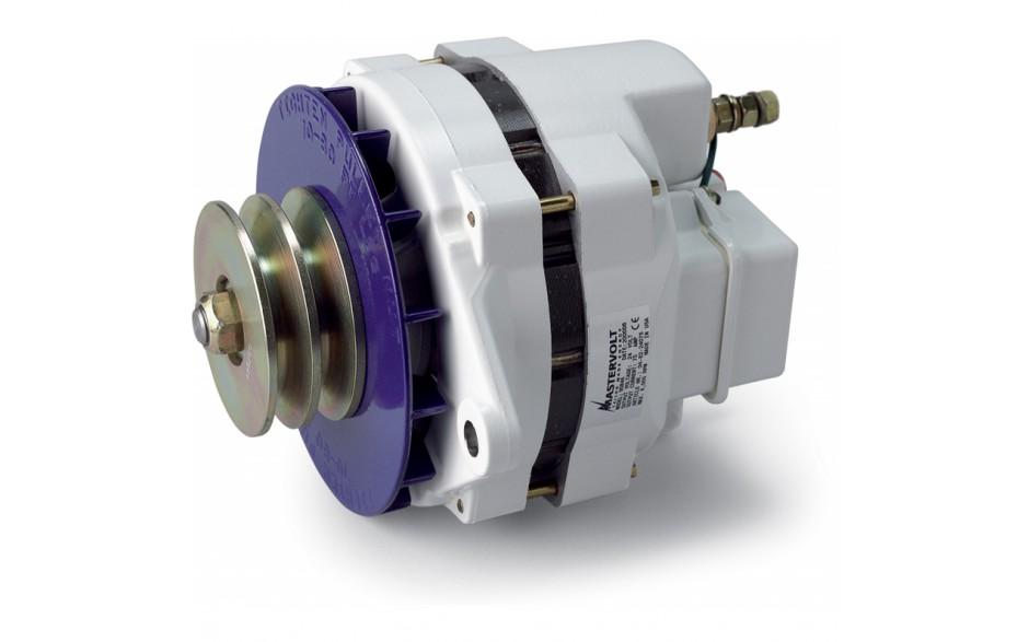 48224075 Alternador 24V / 75A, Equipo de generación eléctrica que proporciona energía extra a la generada por el alternador principal del vehículo para cargar las baterías de servicio. Vista en perspectiva lateral