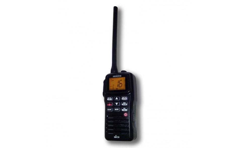 HM130 Radio VHF portátil. Flota y emite parpadeos si cae al agua. Escaneo programable, doble y triple escucha. Todos los juegos de canales VHF marinos. Batería integrada de polímero de litio. Protección IP67.