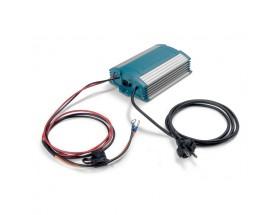 43011000 Cargador de baterías ChargeMaster 12/10, con carcasa impermeable conforme a standard IP651, vista en perspectiva lateral donde se puede apreciar las distintas conexiones