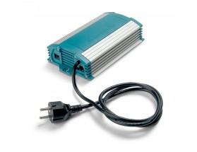 43011500  Cargador de baterías ChargeMaster 12/15-2, con carcasa impermeable conforme a standard IP651, vista en perspectiva lateral donde se puede apreciar las distintas conexiones