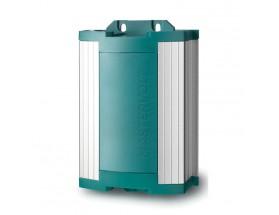 43020600  Cargador de baterías ChargeMaster 24/6, con carcasa impermeable conforme a standard IP651, vista en perspectiva lateral donde se puede apreciar las distintas conexiones