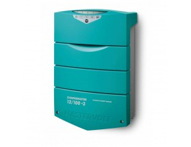 44310755 Cargador de baterías ChargeMaster Plus 12/75-3, integra múltiples funciones en un solo dispositivo, sustituyendo sistemas de carga auxiliar, aisladores, VSRs... Vista en perspectiva lateral del frontal del cargador