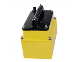 A80012 Transductor M265LH, fabricado en plástico, de instalación interior, muestra datos de profundidad.