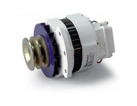 48212090 Alternador 12V / 90A, Equipo de generación eléctrica que proporciona energía extra a la generada por el alternador principal del vehículo para cargar las baterías de servicio. Vista en perspectiva lateral